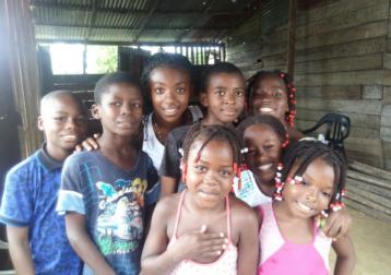 Niños del Club de lectura en el barrio El futuro