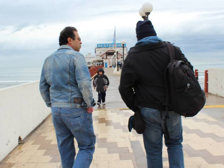 Salcedo Ramos conversa con un personaje
